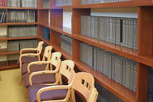 Temple Ahavat Achim library shelving